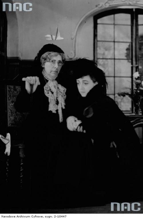 """Aktorki Maria Mirska ( z lewej ) i Maria Malicka w sztuce """" Burza w domu panien """" w Teatrze Komedia w Warszawie_09.1941 r."""