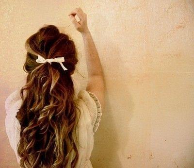 pofalowane włosy