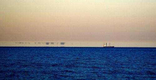 """Fatamorgana, miraż górny. Końcówka Helu, i statek towarowy z """"rozciągniętą"""" mirażem nadbudówką. #Fatamorgana #Hel #MirażGórny"""