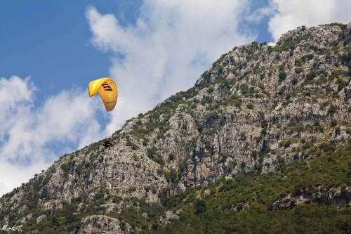 Paralotniarze nad laguną Oludeniz, Turcja