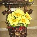 Studnia z wiosennymi kwiatami #studnia