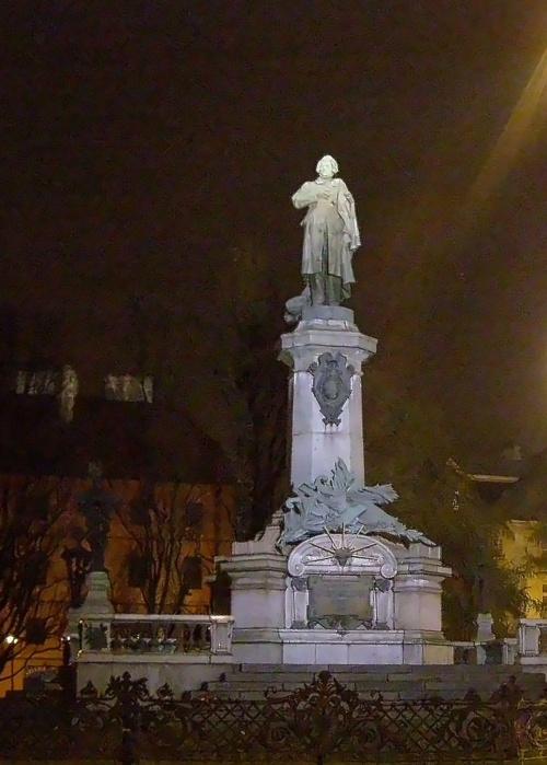 Adaś (tak, ten od Pana Tadeusza) spogląda na świąteczną Warszawę