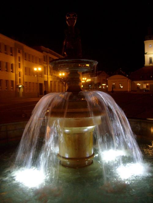 Fontanna na Rynku Kościuszki w Białymstoku nocą #fontanna #IluminacjaŚwietlna #Białystok #RynekKościuszki #deptak
