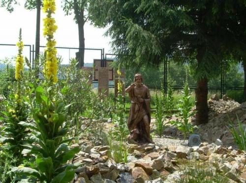 Kolejne elementy ogrodu wiążą się z działalnością Jezusa , a także pokazują miniaturowe krajobrazy Ziemi Świętej . Chrzest Jezusa w rzece Jordan , płynącej wśród roślin , przedstawia figura Jana Chrzciciela na tle kołyszącej się trzciny , oleandrów ...